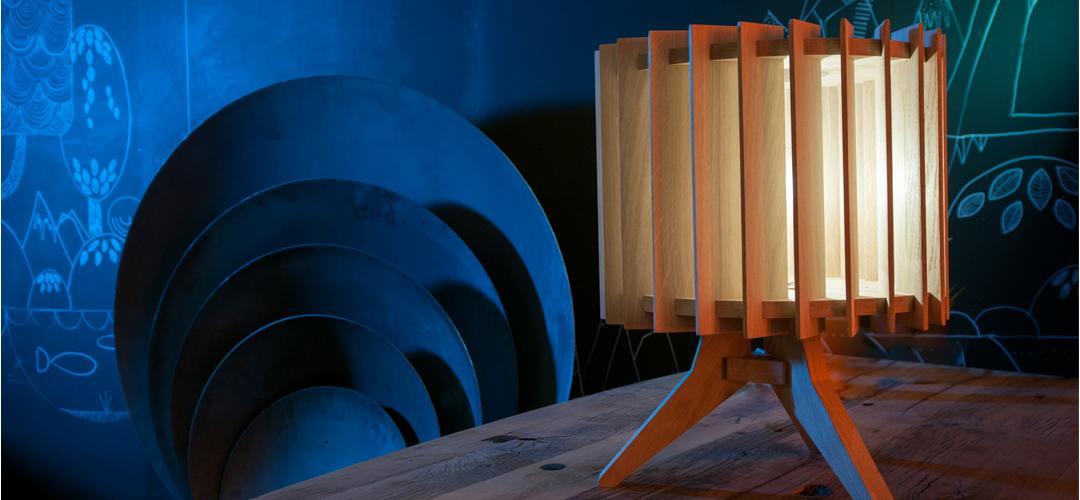 Lamel lamp met vuurschalen op achtergrond