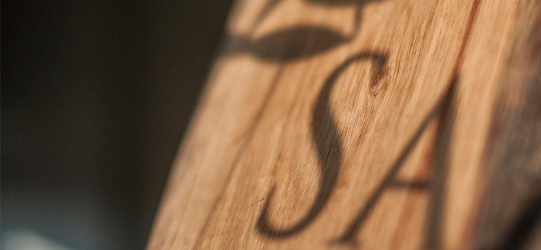 Samosa logo op hout schaduw