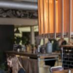 Lamel lamp in restaurant verlichting
