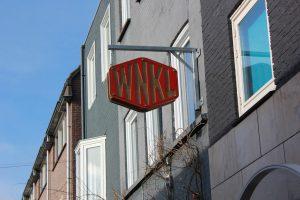 Eiken uithangbord restaurant de Winkel, op maat gemaakt van eiken en stalen beugels.