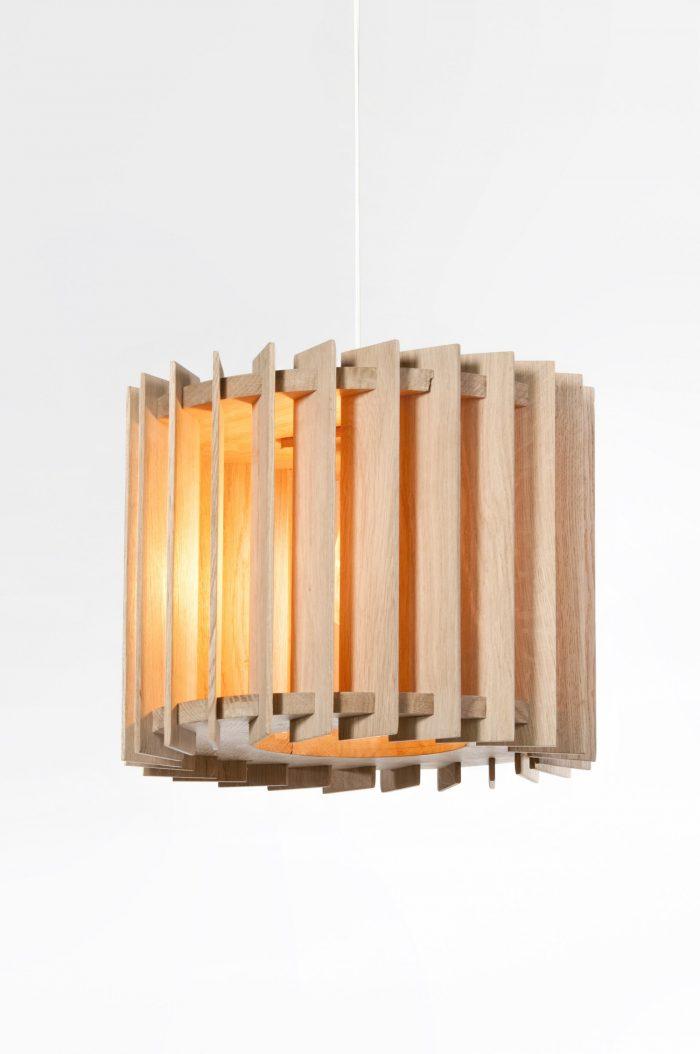 de hangende lamp van eiken