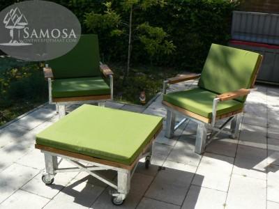 stoere loungeset voor in tuin met kussens