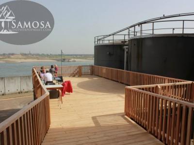 uitzicht over de waal met grote brug naar het restaurant De Meesterproef