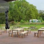 Krukken, banken en tafels om heerlijk van de zon te genieten.