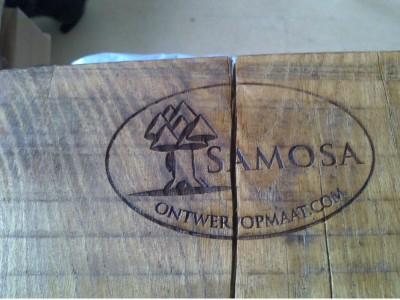 Samosa logo in hout
