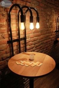 Ronde eiken tafel met edison lampen