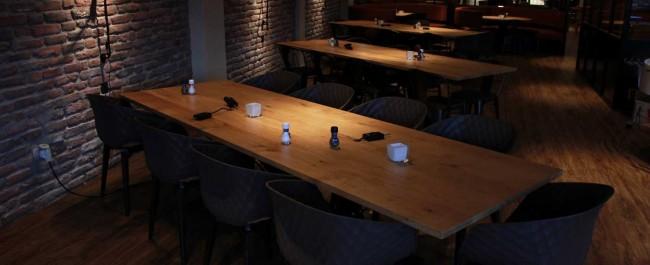 Lange grote tafel op industrieel zwart onderstel