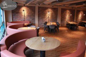 Restaurant inrichting van pure materialen met vaste ronde tafels