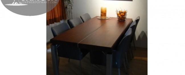 Mahonie tafel uit 2 massieve planken met RVS sierstrip