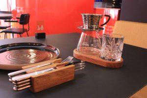 bestekhouder en linoleum tafel eiken