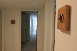 houten huisnummer