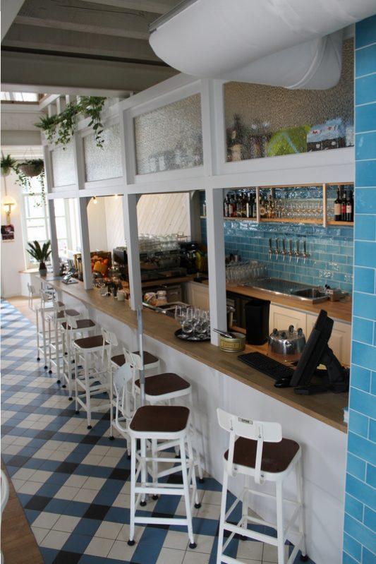 Bar op maat met lambrisering en structuurglas