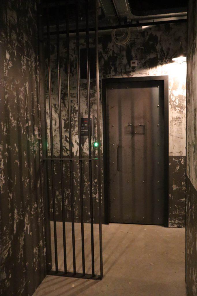 Stalen tralies met een blauwstaal celdeur en kijkluik. Deze elementen maken de gevangenis beleving compleet!