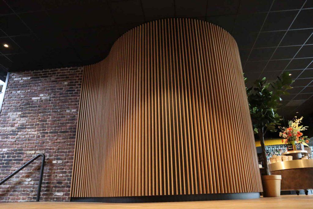 Scheidingswand van eiken. Ook te gebruiken als roomdivider en in elke kromming of vorm op te bouwen.